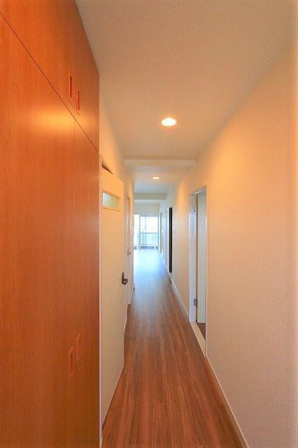 リビングに続く明るい廊下です