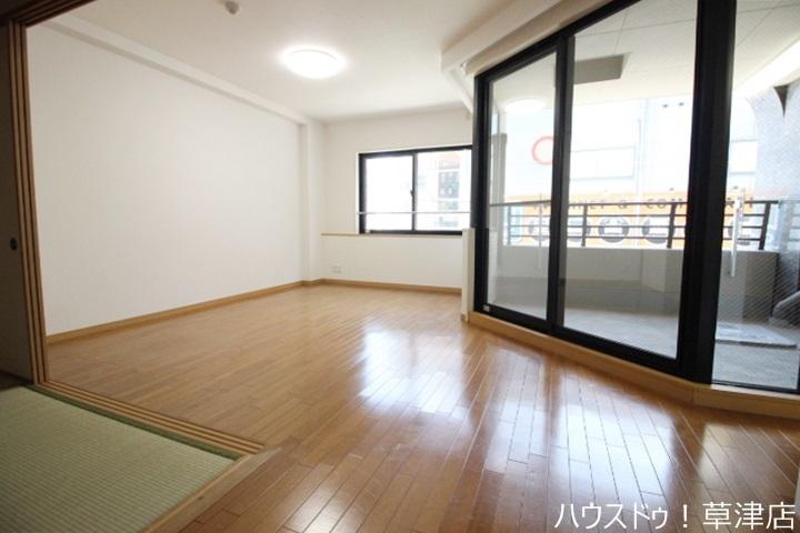 リビング横に和室があり、スペースを広く使えるので子育て中のお母さんに人気があります♪