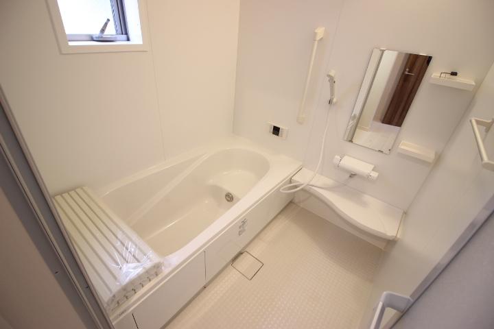 バスルームは足を伸ばしてゆっくり湯船につかることができます 一日の疲れをとりゆっくり休める場所です