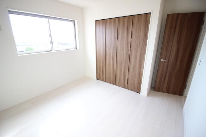 2階 6.1畳洋室 収納スペースが備わっているので快適に暮らせそう