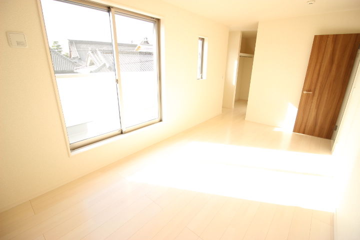 2階 8.25畳洋室 ウォークインクローゼットがついたゆったりとした居室です ルーフバルコニーに出入りが可能です