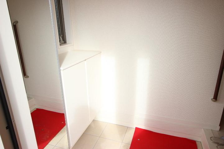 お出かけ時に便利なミラーがついた下駄箱が備わった玄関です