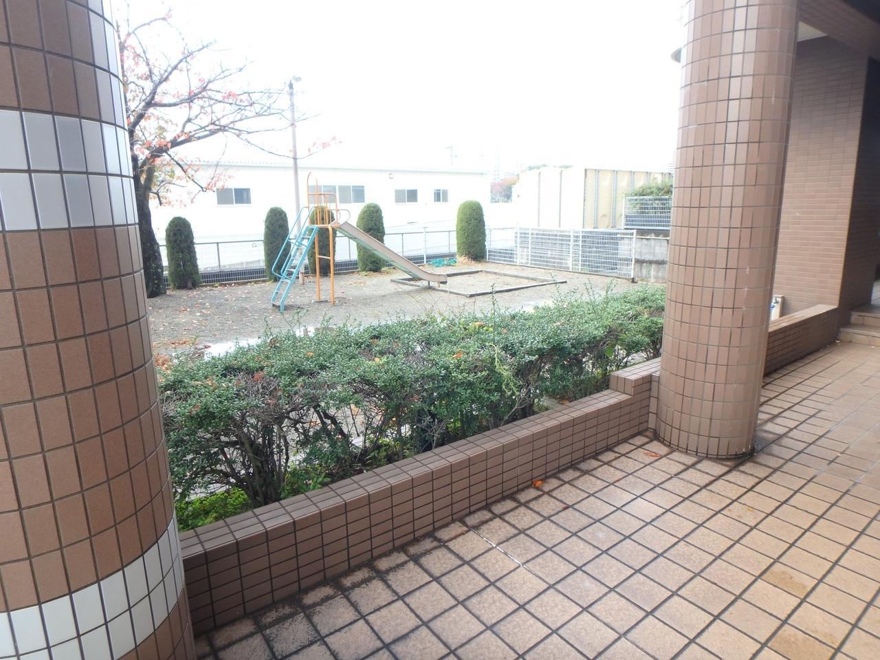 マンション横に公園があります。