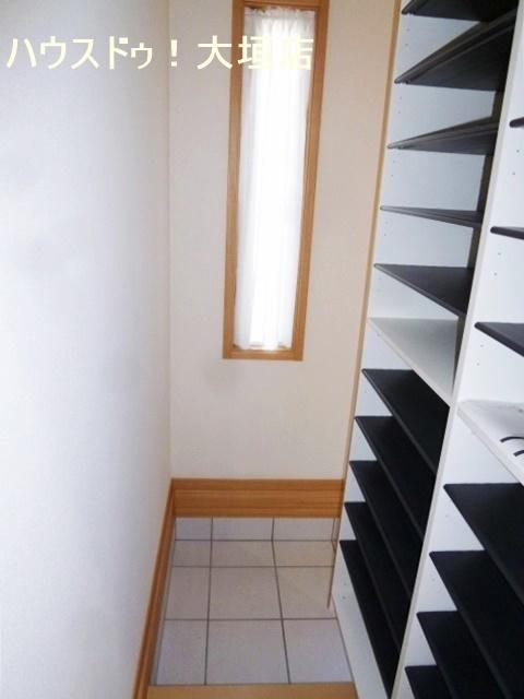 通園通学の支度スペースにも活用できる玄関収納。