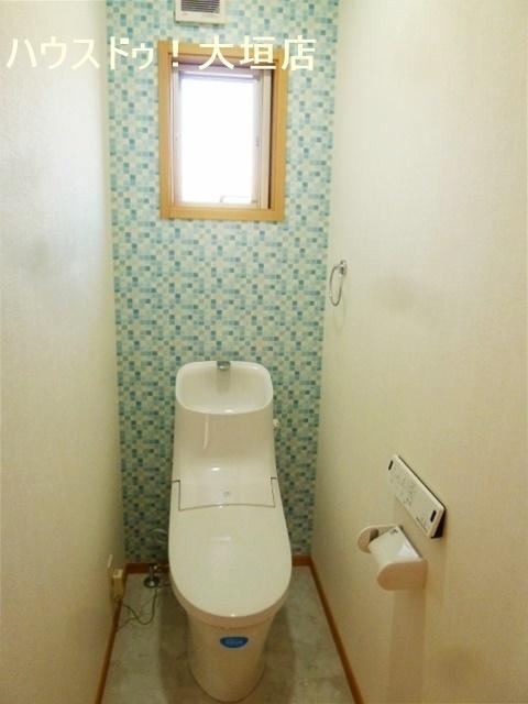 壁紙がアクセントのトイレ。窓から光を取り込みます。