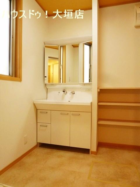 収納が備わった洗面所。