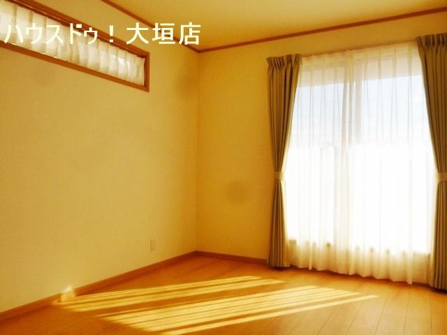 陽当たり良好の洋室。朝の日差しで気持ち良くスタート。