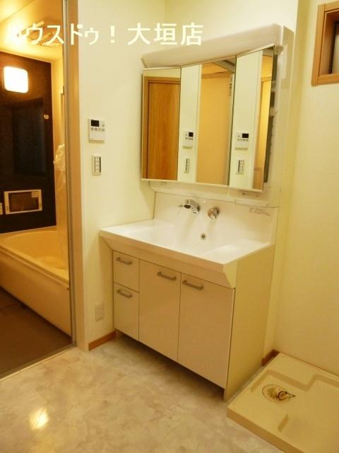 大きな鏡が嬉しい洗面台。収納も備わり細かい物も隠して収納。