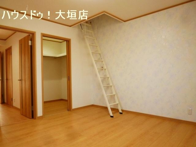 ウォークインクローゼット+屋根裏収納。大きな物も隠して収納でお家はいつでもスッキリと。