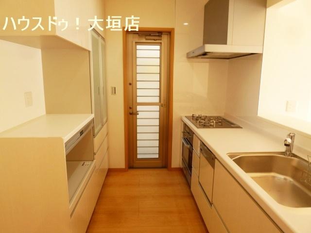収納豊富なキッチン。造り付け収納で使い勝手良くお料理も捗りますね。