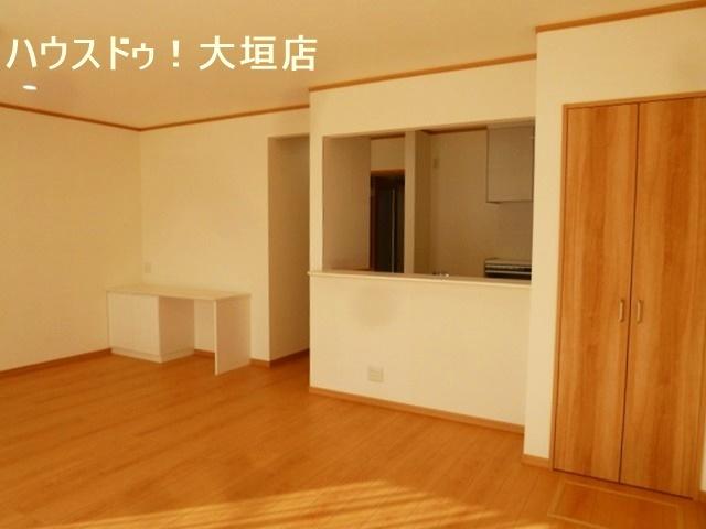 掃除機など隠したい物は収納スペースへ。お部屋も片付いて広々お使い頂けます。