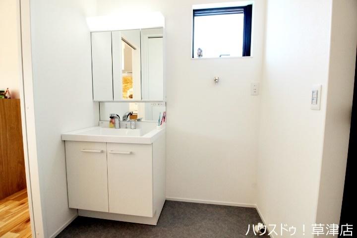 3面鏡裏も収納になっているのでお化粧品や洗剤のストック等たくさん収納できますよ。見せない収納でお洒落な空間へ。