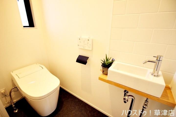 木目が落ち着いた印象のトイレ空間です。タンクレスでスッキリした印象ですね。