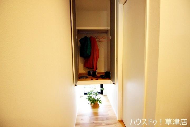 玄関近くの収納です。 洋服がかけれるようになっているので、コートなど収納出来て使い勝手が良さそうですね。