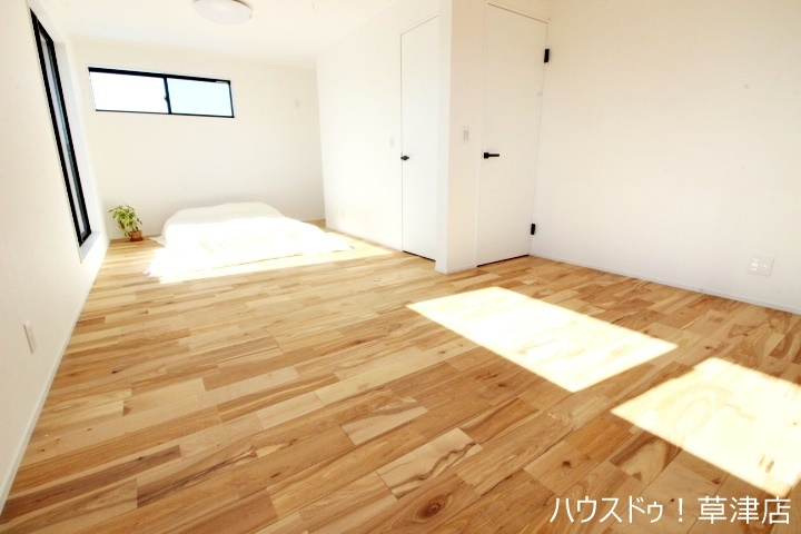 約12帖の明るい主寝室にはバルコニーがありお布団もラクラク干せます♪