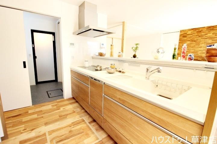 キッチンから洗面・浴室へのアプローチも可能で、家事動線がスムーズにできる間取りですね♪