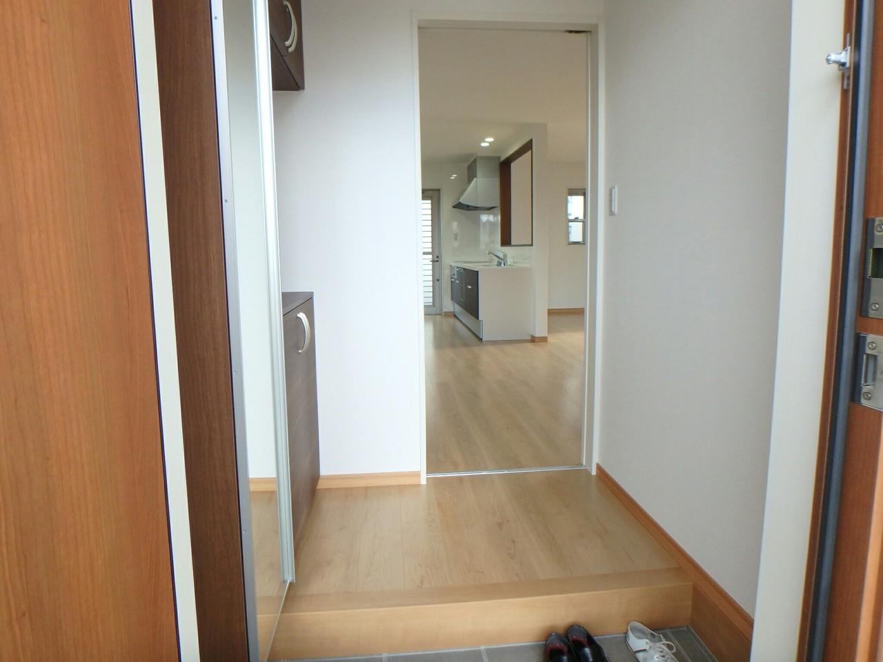 玄関ドアは防犯性の高いディンプルキーです。玄関には全身鏡が設置してあり、お出掛けの時の服装チェックなどに便利です♪