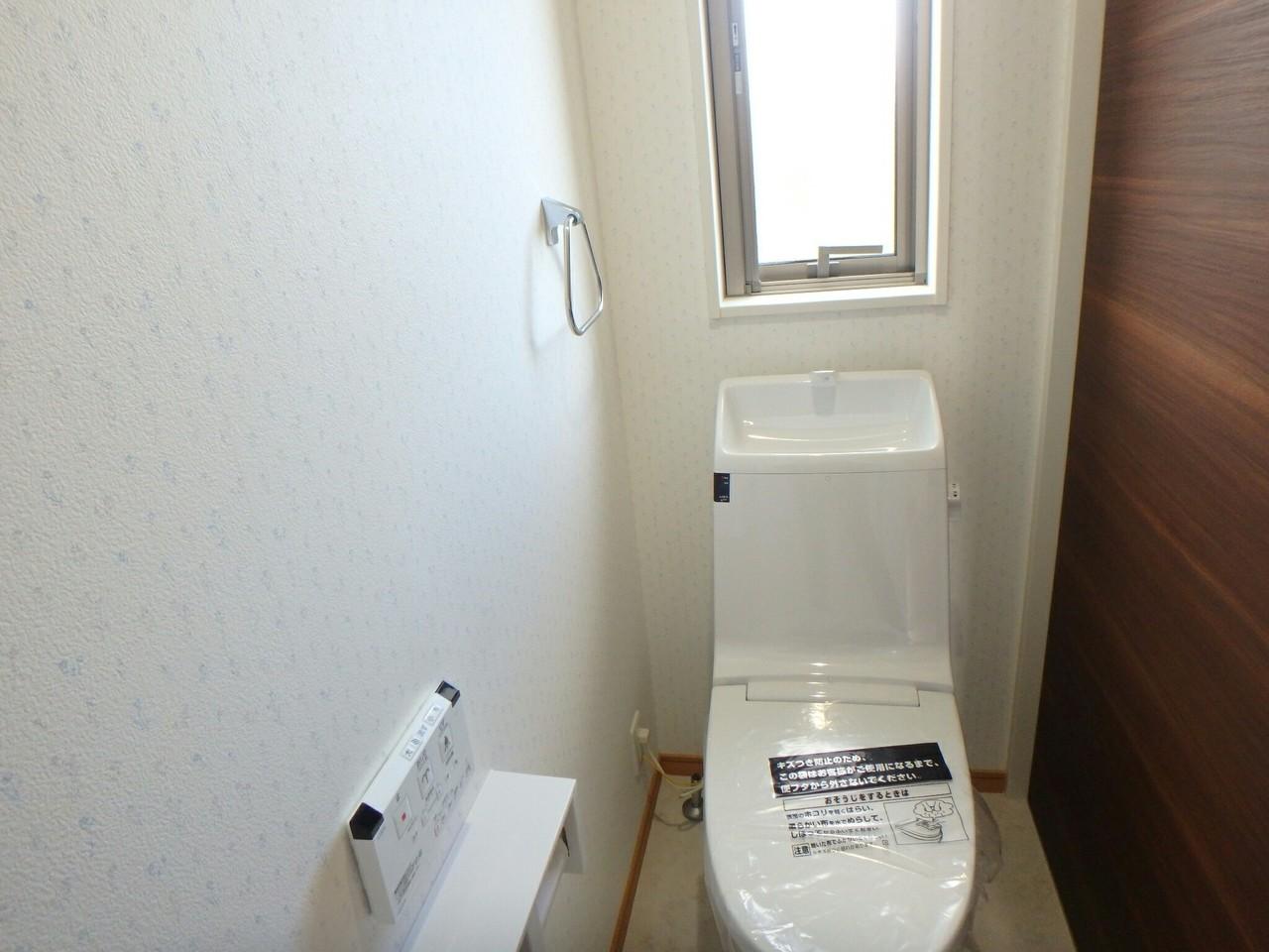 木目を活かした清潔感のあるトイレで嬉しいですね。落ち着く空間をお約束します。