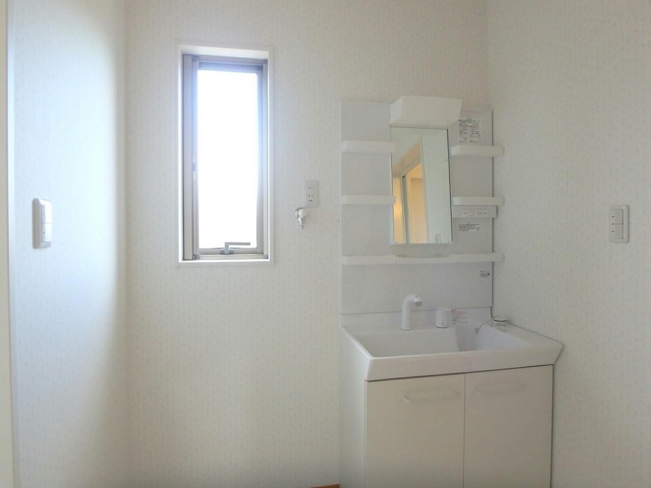 清潔な洗面化粧台です。毎日の身だしなみチェックはこちらでどうぞ。