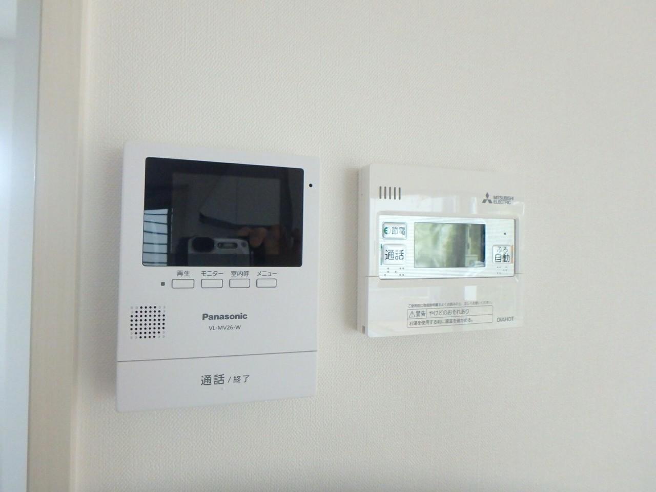 キッチン横にはモニター付きインターフォンがついています。 防犯にも配慮されていますね!