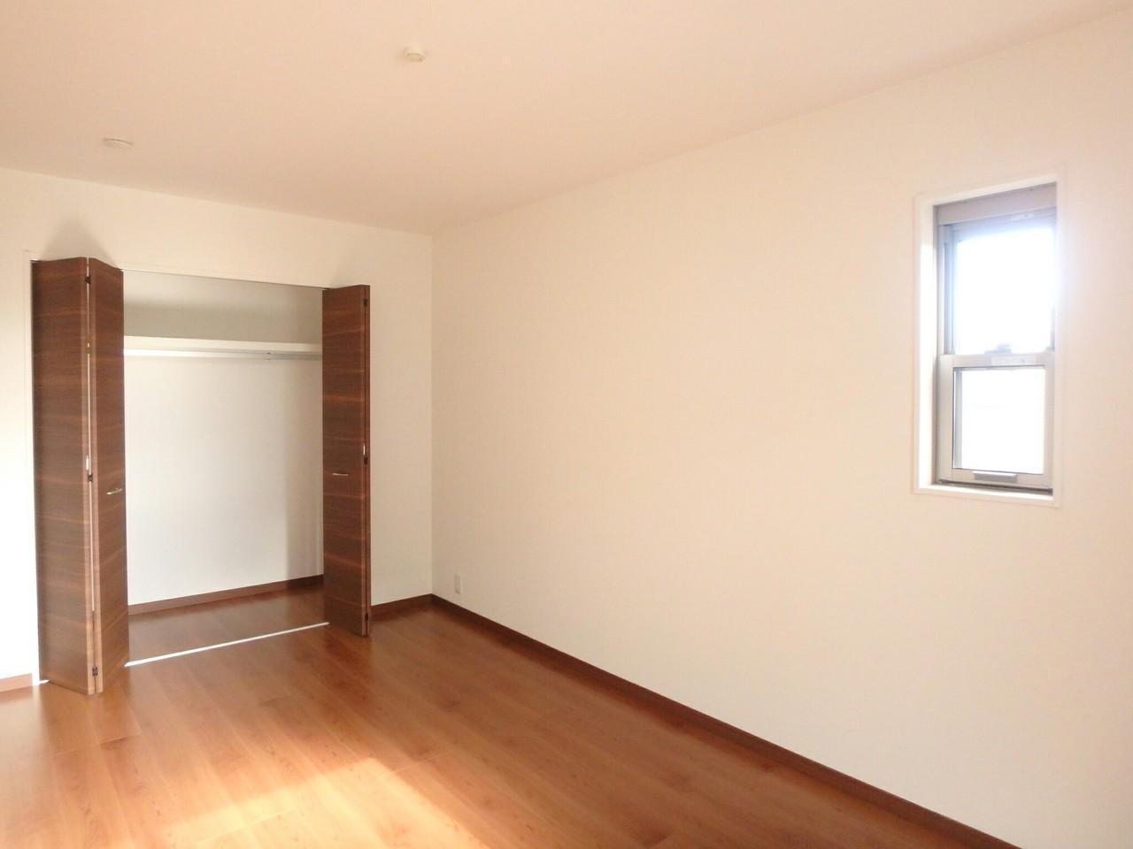 2階洋室は各部屋に収納がついています。 各部屋がバルコニーにつながっているので、お布団を干すときなどとっても便利ですね♪