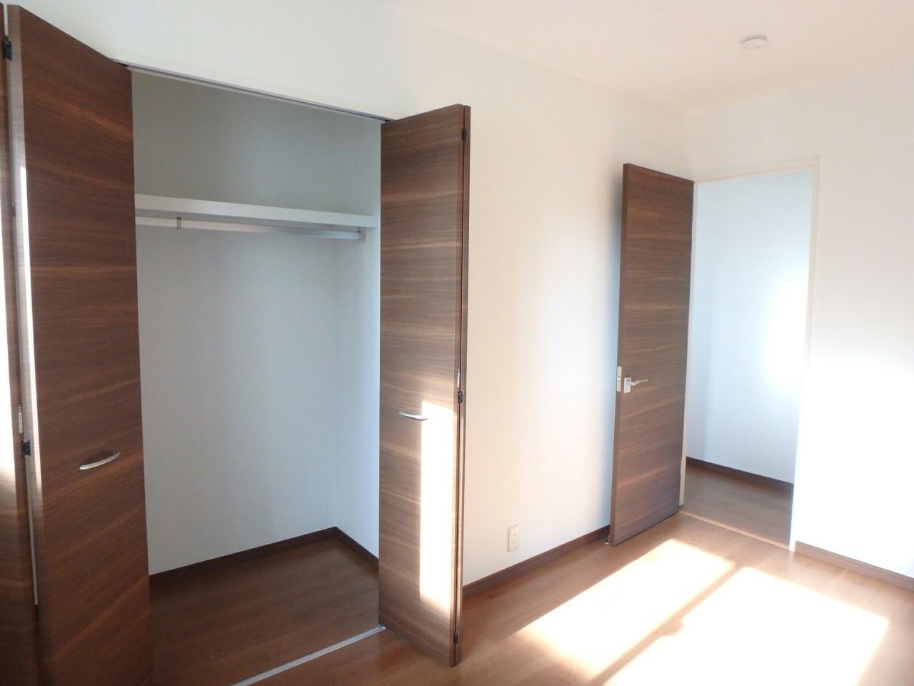 2階洋室は各部屋に収納がついています。 たっぷり収納が完備されていますので、整理がしやすく便利です♪