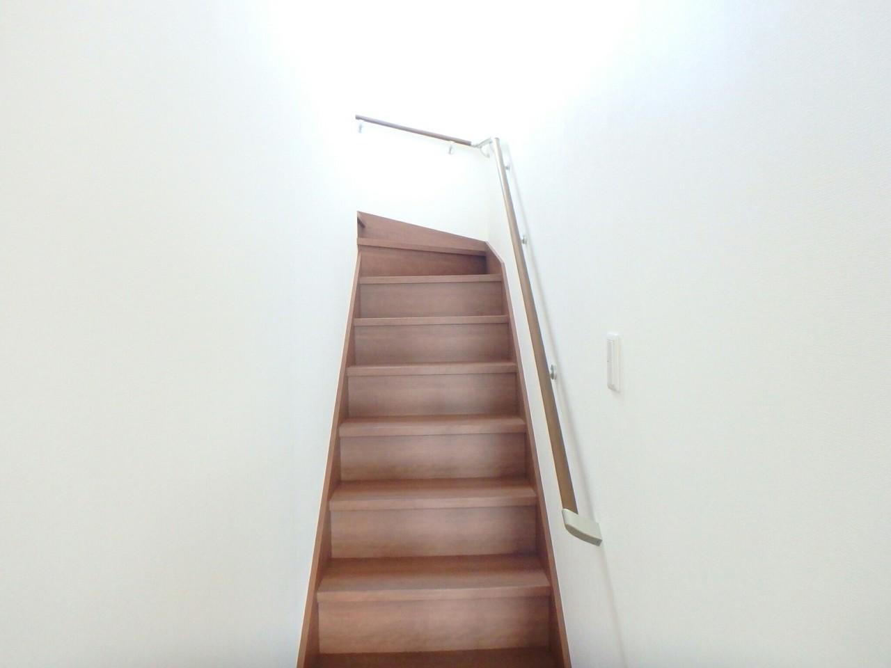 リビングに階段が設置してあるので、リビングにいれば家族の顔がみることができ安心です♪