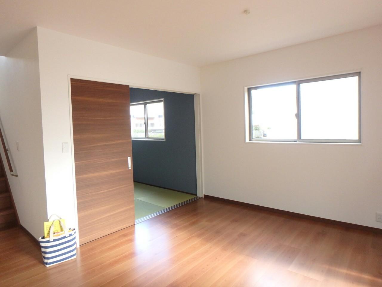 LDKとつながった多目的に使える和室スペース。 リビング、和室、階段と繋がった間取りになっているので、ご家族の様子がとっても分かりますね♪