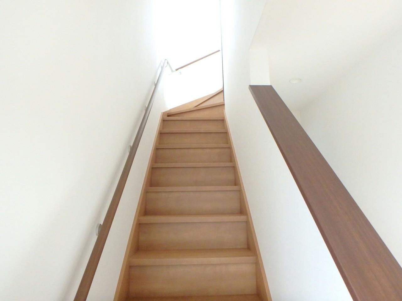 手すり付きの曲がり階段なので安全にも配慮されていますね。