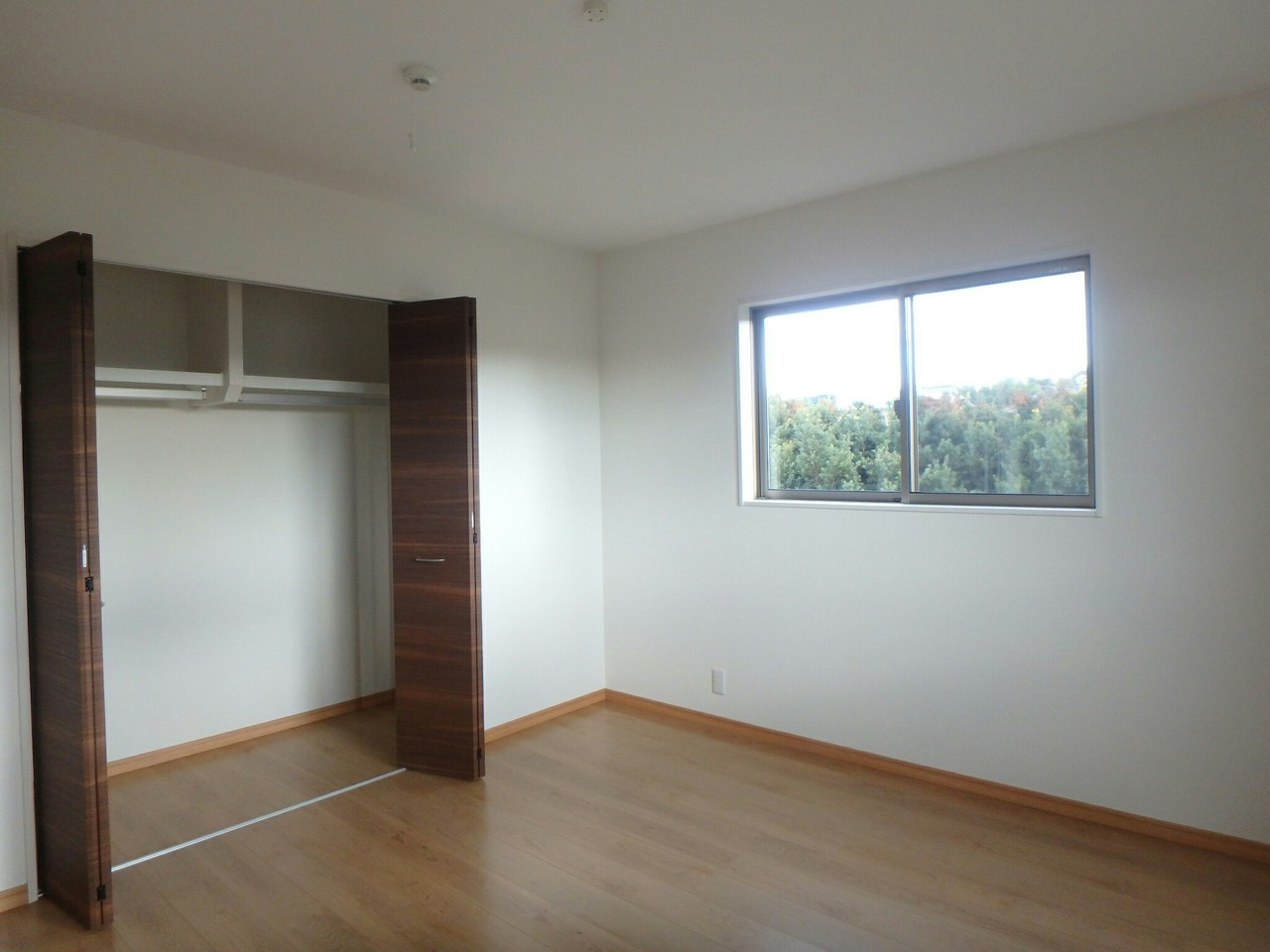 大きな収納スペースが付いているのですっきりと空間を使えます。窓が沢山あるので採光・風通しも良好。