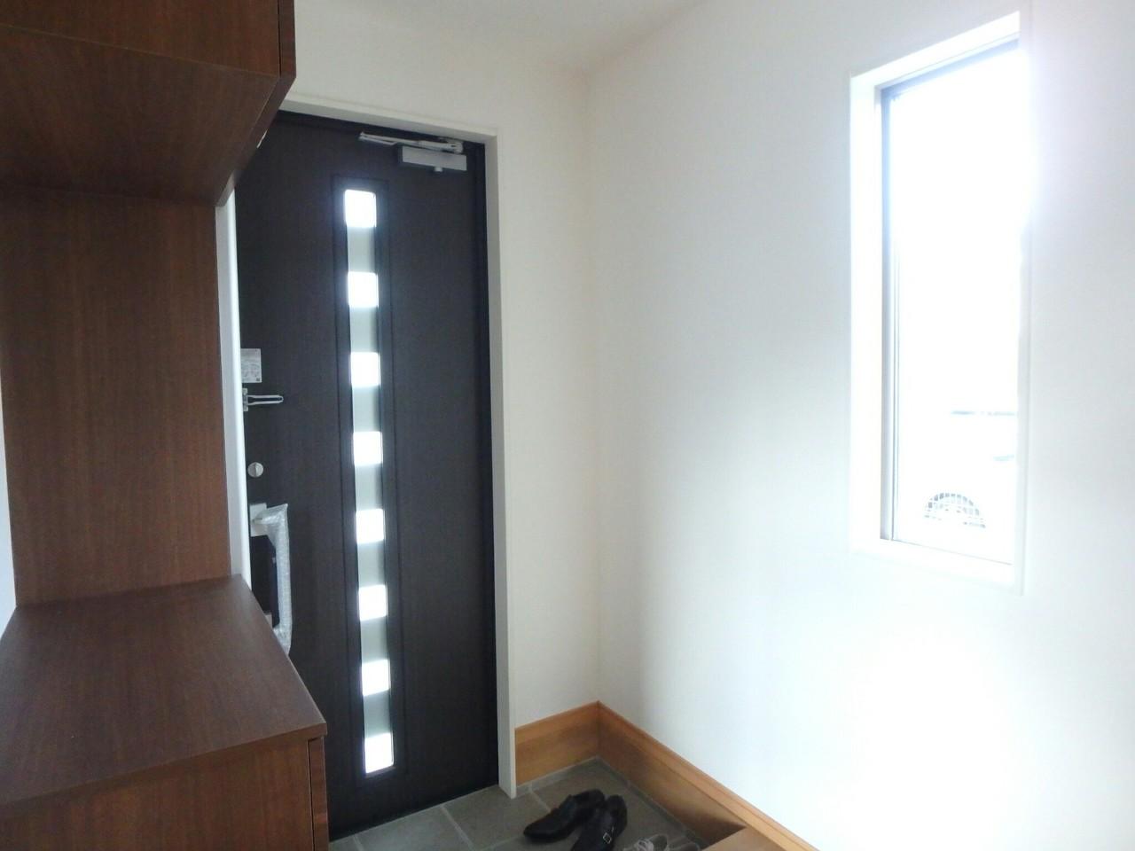 落ち着いた色調の玄関はシューズクローゼット付きです! 大きな窓は採光もとってもよく明るい玄関になりますね♪