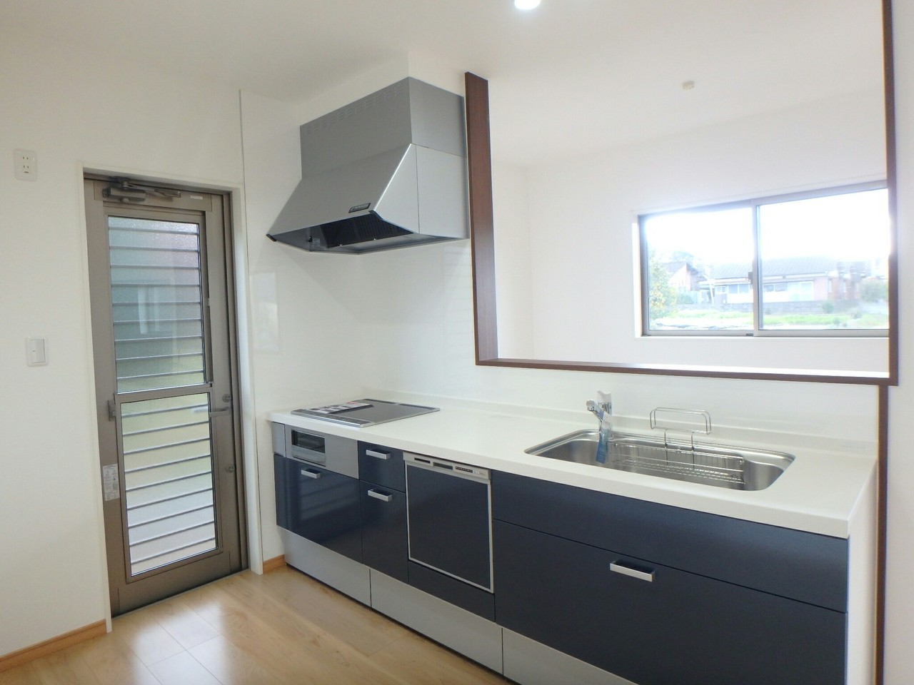 広いシステムキッチンには、IHと食器洗浄機を完備。 忙しい主婦の味方です♪ 広いリビングを見渡せるカウンターキッチンは、嬉しいですね。