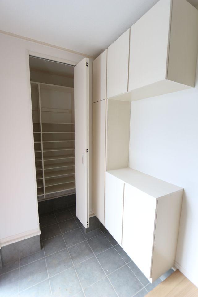 玄関には大容量のシューズボックスを設置しました。 50足程入りますので、散らかりがちな場所の整理に大活躍です
