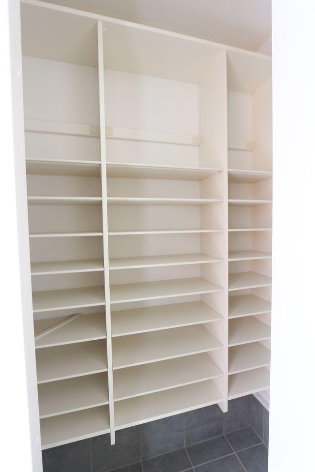 シューズクロークは稼働棚を採用した 大きな空間です。 これだけのスペースがあれば 靴の置き場所に困る事はありません!
