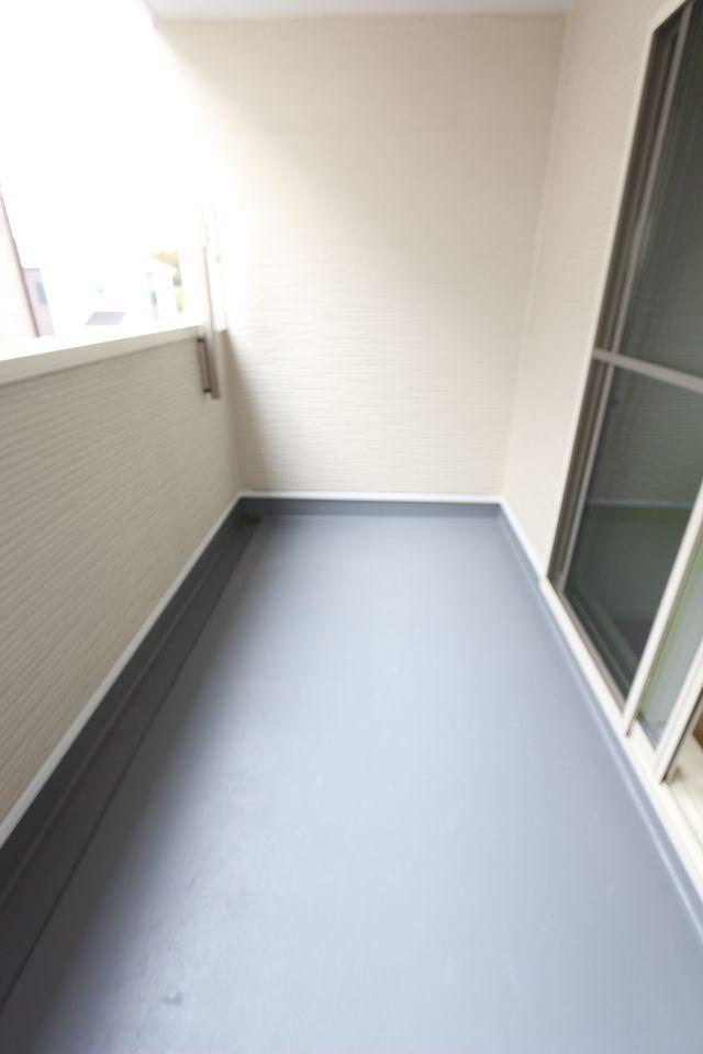 室に独立したバルコニーを設置しました。 ご家族間のプライバシーも保てます。 インナータイプで急な雨でも安心です。