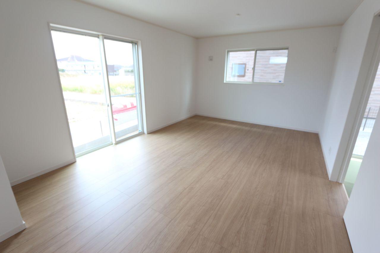 淡い色合いのフローリングを貼リ、 明るい印象に仕上がりました。 和室と合わせて21.5帖の大きな空間です。