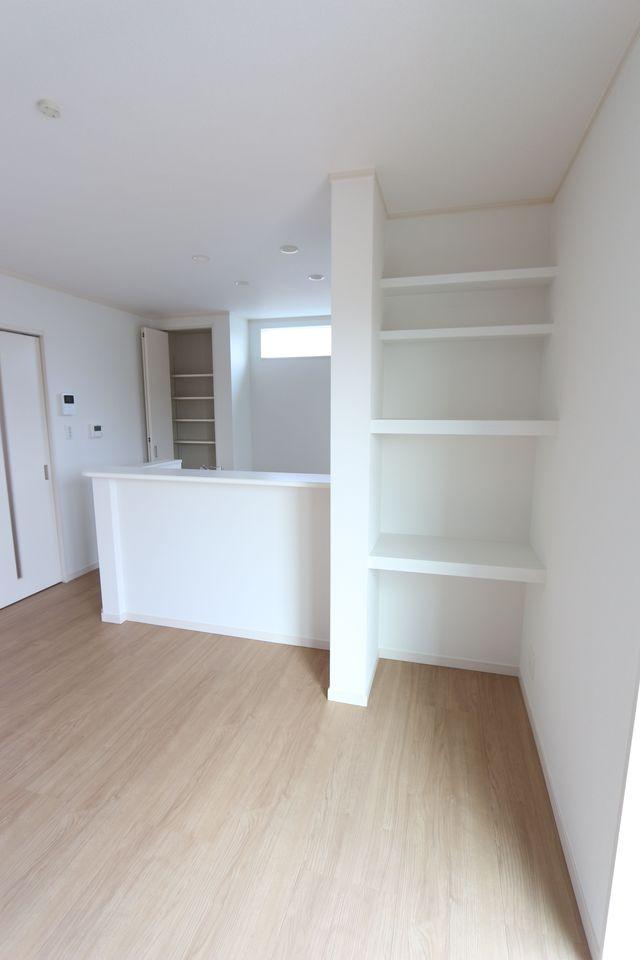 カウンター横に大容量の棚を設置。 散らかりがちな場所の整理に 大活躍ですね♪