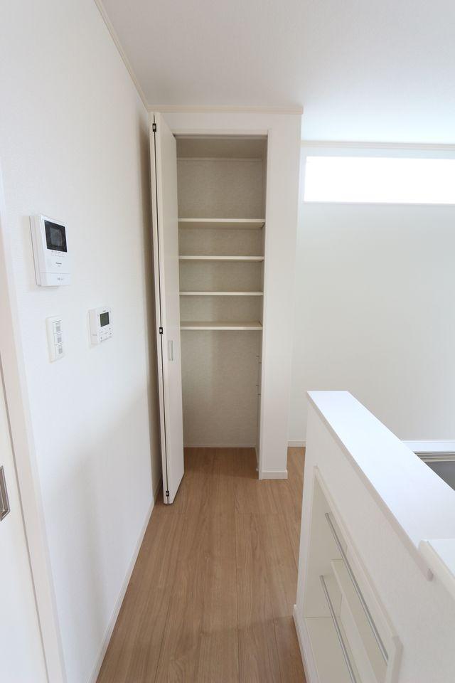 キッチン奥にも大容量の収納を配置しました。 食品のストック等に役立ちます。 棚は稼働式ですので、お好きなレイアウトに変更できます。