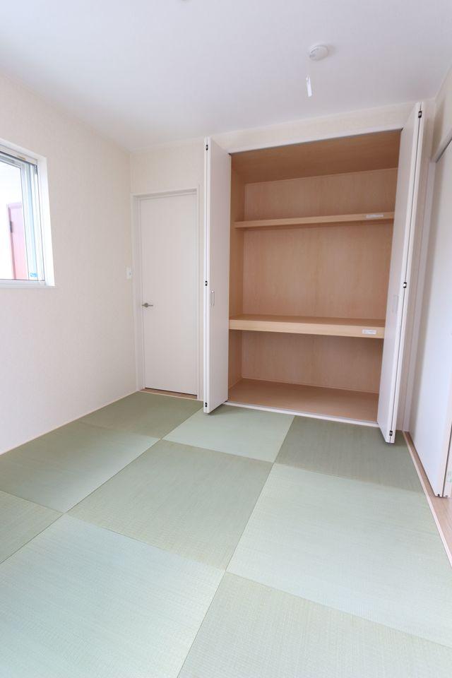 押入れのある和室は寝室や客間として 大変便利にご利用頂けます。 琉球畳を採用し、お洒落な印象になりました。