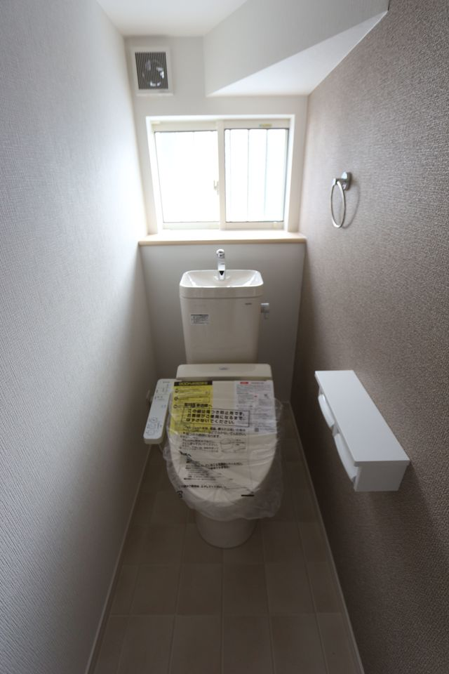 2か所のトイレは朝の混雑緩和に活躍します。 1・2階共にウォシュレット完備。