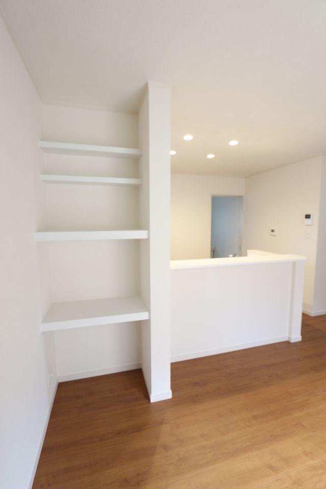 カウンター横に大容量の棚を設置しました。 散らかりがちな場所の整理に大活躍!