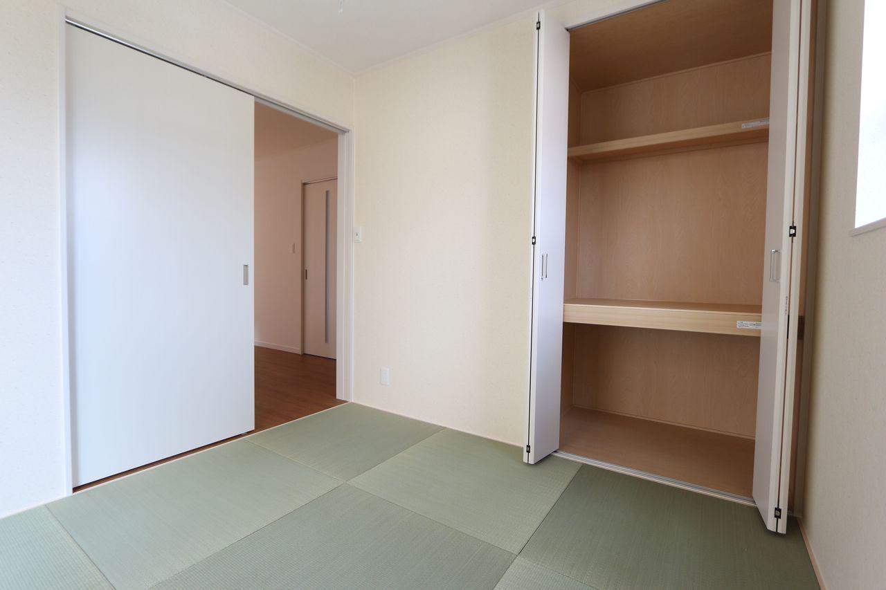 押入れのある和室は寝室や客間として 大変便利にご利用頂けます 琉球畳を採用し、お洒落な印象になりました。