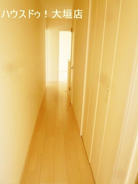 2階廊下の物入れスペース。季節の物やストック収納に便利です。