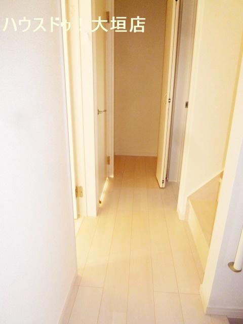 1階廊下の収納スペース。掃除道具や季節の物の収納に。
