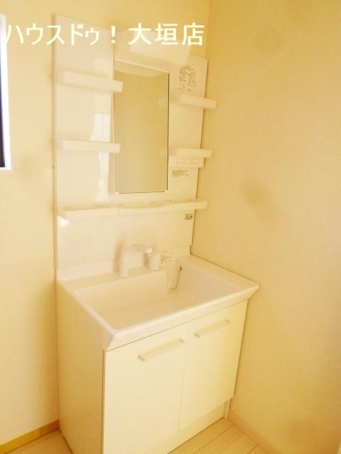 収納が確保された洗面台。