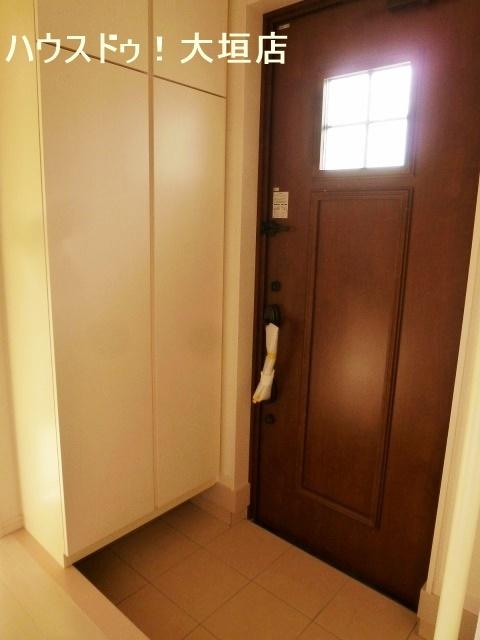 小さな窓から明かりが入る玄関ドア