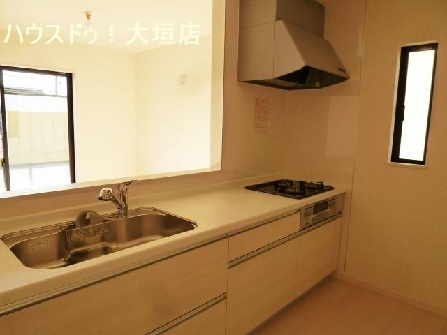 白を基調とした清潔なキッチン
