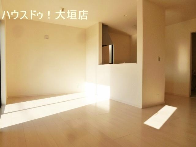 15帖の南向きリビングは、大きな窓から光が差し込みます。