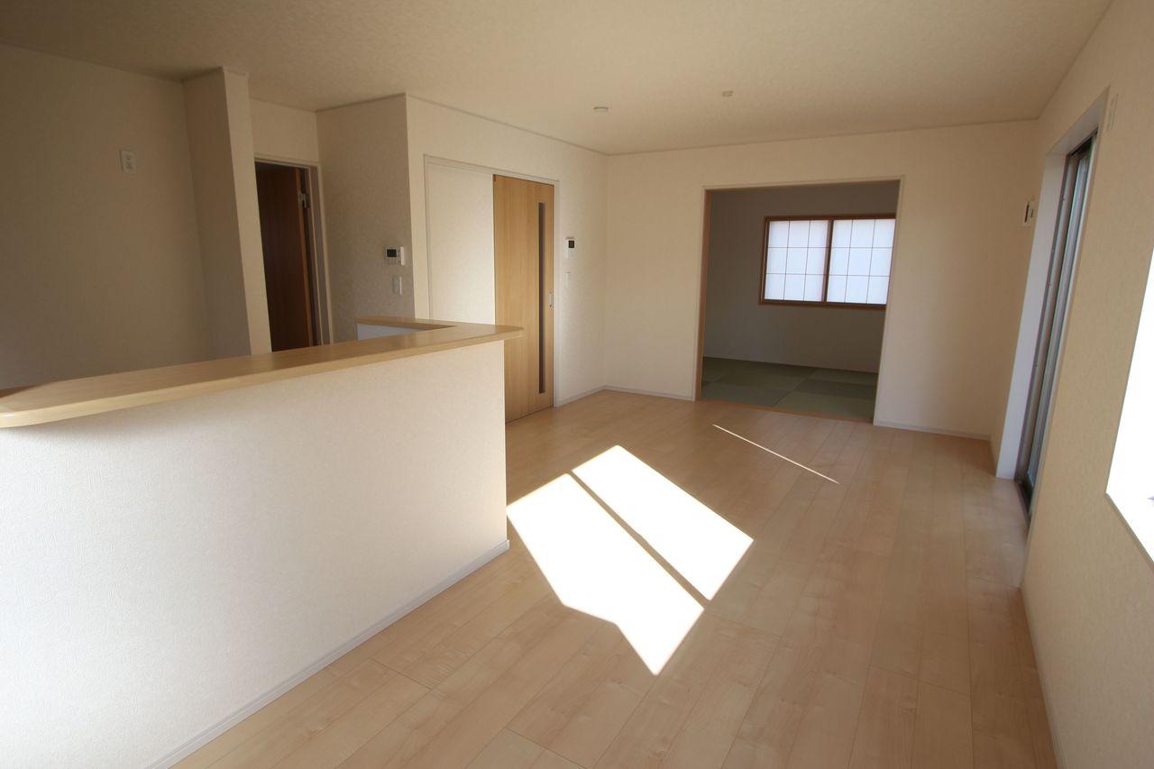 和室と合わせて22.5帖の大きな空間!! お子様ものびのび遊んで頂ける広さです。