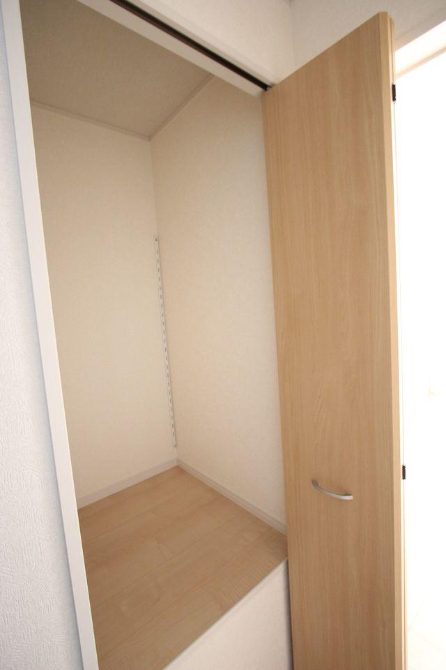 2階廊下にも収納を設置しました。 少しのスペースでも無駄にせず有効活用!!
